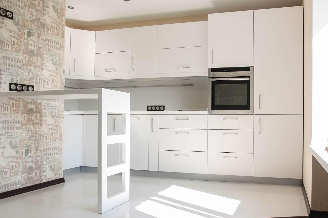Дизайн кухни с барной стойкой в белом цвете. На полу белый мраморный пол.