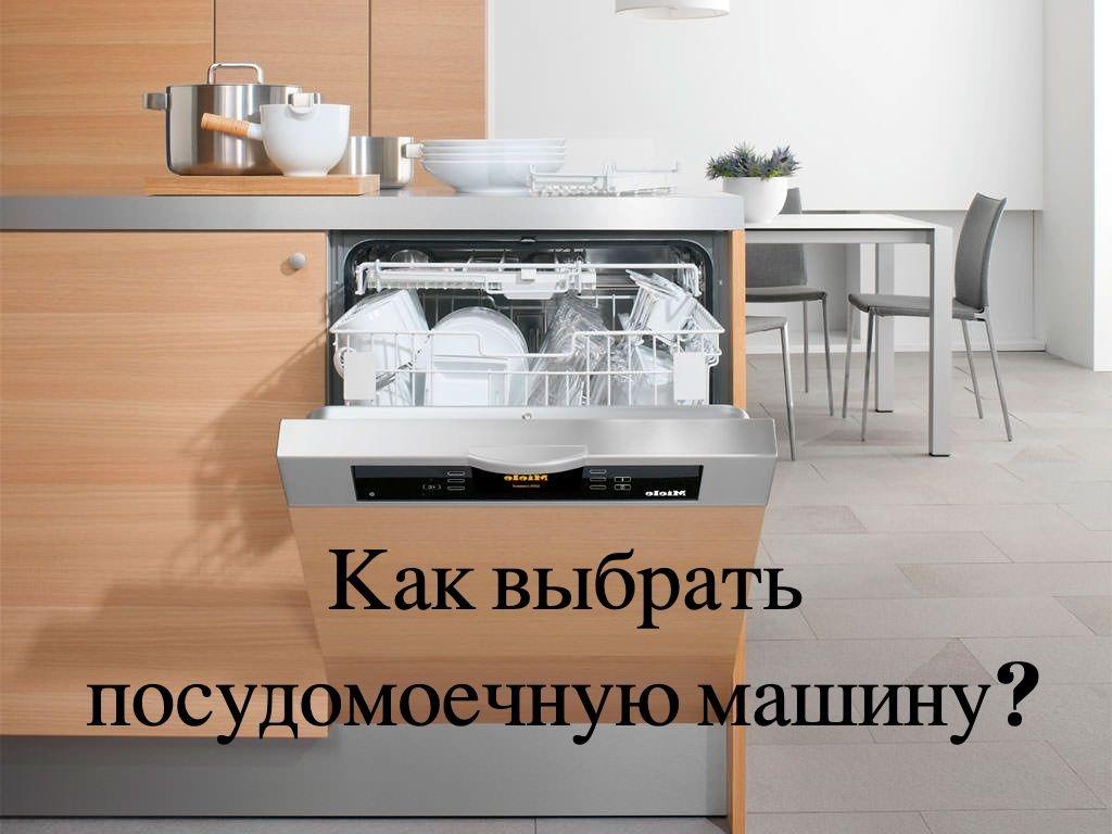 Мебель на кухне цвета венге. Посуда белого цвета. Плитка на полу серого цвета.